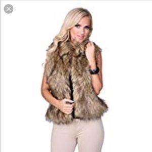 ❤️Ci sono fur vest a must have closet staple!!❤️